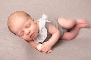 Newborn photo strood. Baby girl